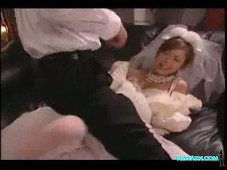 Aziatisch meisje in huwelijk jurk licked zuigen lul geneukt sperma t
