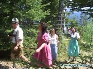 Foresters en gemakkelijk dolls having imbecilic team porno binnenin open lucht