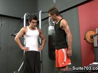 Cody springs receives knullet av chad davis i den gym