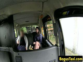 البريطانيون taxi الهاوي مع nose ثاقب sucks