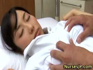 Japonská asijské zdravotní sestra tápal podle ji pacient
