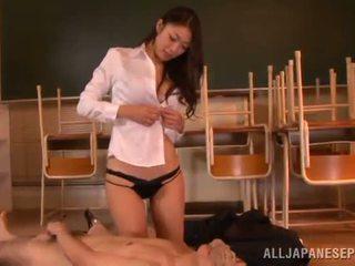 Reiko kobayaka yapar dışarı nearby onu adam ve licks onun meat sopa