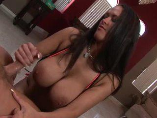 Seksuālā brunete ar milzīgs bumbulīši gives viņai vīrietis a steamy handjob