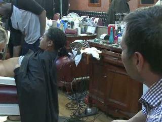 সামান্য barbershop এর বেশ্যা একটি কামান এবং একটি haircut two পাছা