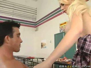 Outstanding rondborstig blondine schoolmeisje getting haar soaked poesje geneukt