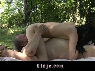 Çişik old man fucks ýaşlar in the woods