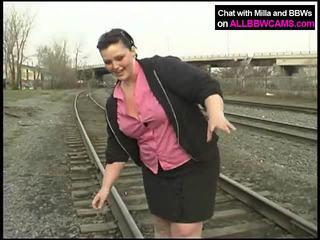 Товста принцеса gets оголена на railway