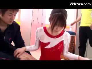 Tyttö sisään gymnast mekko getting massaged kanssa öljy pillua rubbed mukaan hänen trainer sisään the pukukoppi
