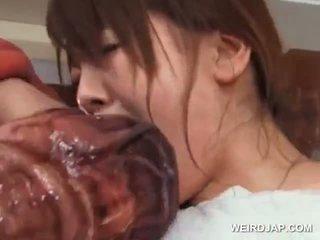 Asiatico sesso schiavo in grande tette wrapped in tentacles