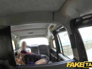 Fake taxi secretária procurando senhora com enorme tetas e molhada