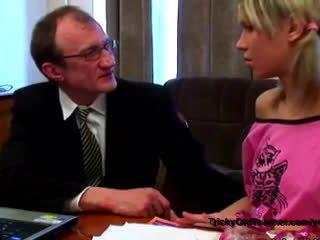 Rusinje šolarka s domišljavo niples seduced s tricky old učitelj v njegov appartment