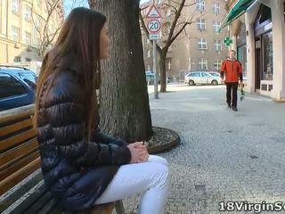 Marina waits ל שלה אדם ב the park bench ו - eagerly awaits שלו appearance ב זה sunny יום