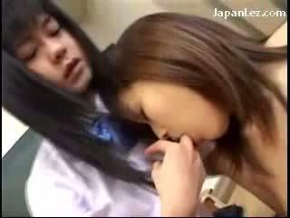 Jauns skolniece skūpstošie getting viņai vāvere licked kamēr standing uz the klasesistaba