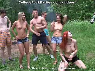 Filthy hogeschool sluts beurt an openlucht party in wild neuken fest scène 2