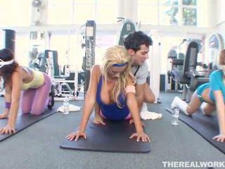 Blond heiß mieze gets hardcore sex im die fitnesscenter