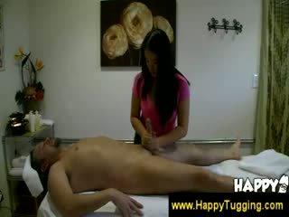 Aziatisch masseuse rubs een guys lul