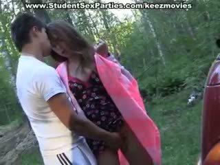 Adolescence sexe en la voiture sur une picnic