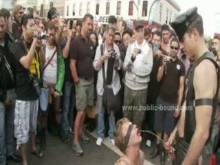 Pumped augšup stiprs homo vīrietis uz publisks bdsm