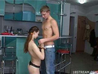 Leggy nastolatka dziewczyna z milky skin loves do dostać dong w holes