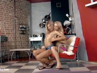 Seksi lezbijke chiara in anya engage v a vroče twosome na