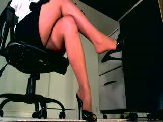 Seu corpo weakens como você ouvir e assistir dela perfeita pernas sooth você em um estado de sumission