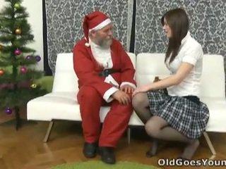 늙은 santa clause gives 젊은 비탄 a gift