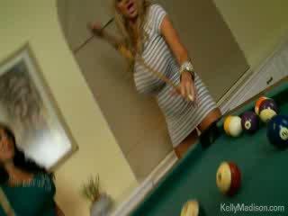 Rondborstig babes geneukt in de billiard kamer