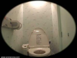 Meisje slaapzaal toilet onanism