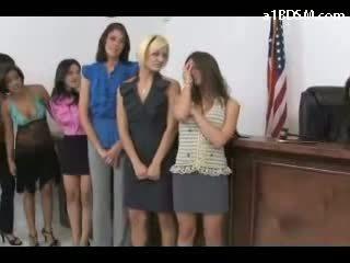 Garas meitene getting viņai pakaļa spanked sarkans ar nūja līdz the sieviete tiesnesis par the galds līdz izvairīties ieslodzītas