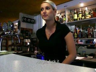 Karštas bartender lenka išgręžtas už pinigai
