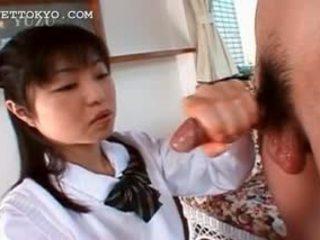 Aziāti handjob un minēts ar saldas uzbudinātas skolniece