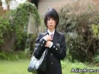 Aziāti skolniece shows viņai baltie apakšbiksītes