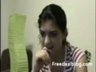 Indisk jente viser pupper ved webkamera i chat
