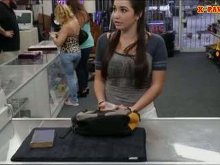 College jente selling henne gammel textbook og knullet av pawnkeeper