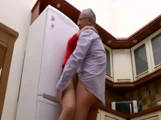 Flittchen gets pounded nach oben gegen fridge von alt guy going aus von seine weg