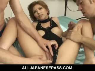 Ihana japanilainen tyttö akane hotaru takes two cocks at the