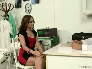 Ārsts punishing un jāšanās viņa seksuālā pacients