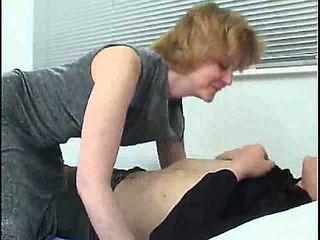 Mãe e filho em o cama s88