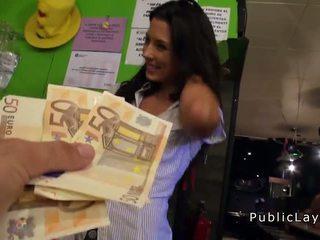 Сервитьорка чукане в публичен бар за пари в брой