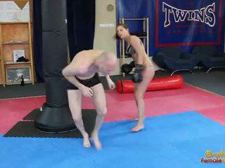 天使 rivas beating loser 通過 該 健身房 在 拳擊 手套
