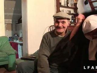 Une vieille nonne baisee et sodomisee par papy et 息子 pote
