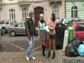 Äldre prostituerad pleases teenaged pinn
