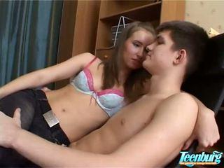 Lustful homme kisses filles