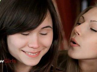 في سن المراهقة طلب كود التفعيل في ل عاطفي مجموعة من ثلاثة أشخاص