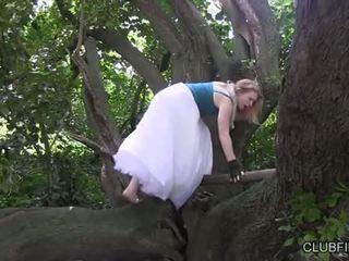 Madison muda melancap barefoot dalam yang woods