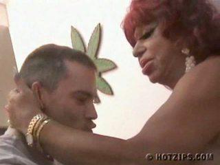 Vibratör siyah göt carmen de mairena gets becerdin tarafından kısa saç guy