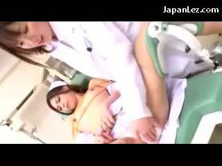 Sykepleier kyssing getting bondaged brystvorter og fitte rubbed av den doktor på den stol i den sykehus