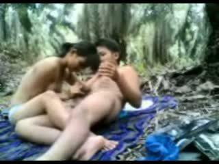Indonezijke najstnice zajebal v the džungla