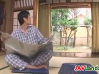 Sexig japanska hemmafru med stor tuttarna