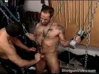 Ball punishment dengan seksi muscular berbulu dude suspended di saya penjara.